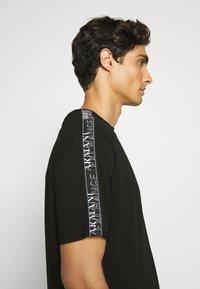 Armani Exchange - JUMPER - T-shirt print - black - 3