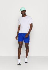 Nike Performance - CHALLENGER SHORT  - Sportovní kraťasy - game royal/silver - 1