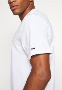 Tommy Jeans - TJM VERTICAL LOGO TEE - T-shirt print - white - 3