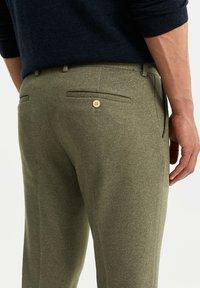 WE Fashion - HEREN SLIM FIT PANTALON - Broek - olive green - 3