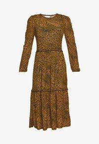 ANIMAL SPOT TIERED SMOCK - Žerzejové šaty - mustard