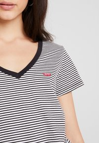 Levi's® - PERFECT V NECK - Print T-shirt - cloud dancer - 5