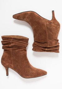 Shoe The Bear - AGNETE SLOUCHY - Classic ankle boots - brown - 3