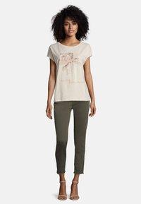 Cartoon - MIT AUFDRUCK - Print T-shirt - birch - 1