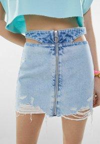 Bershka - MIT REISSVERSCHLUSS UND CUT-OUTS  - Gonna di jeans - blue denim - 3