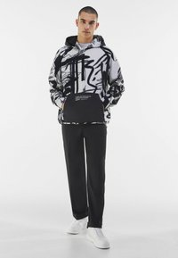 Bershka - MIT KAPUZE UND POLAR-PRINT - Bluza z kapturem - dark grey - 1