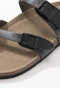 Madden Girl - BRYCEEE - Sandály s odděleným palcem - black paris - 2