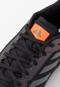adidas Performance - SOLAR RIDE - Laufschuh Neutral - core black/grey six/solar orange - 5