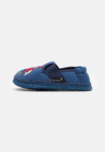 FUSSBALLER - Slippers - blau