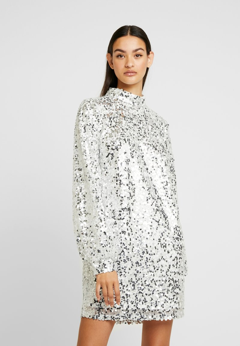 Nly by Nelly - HIGH NECK SEQUIN DRESS - Vapaa-ajan mekko - silver