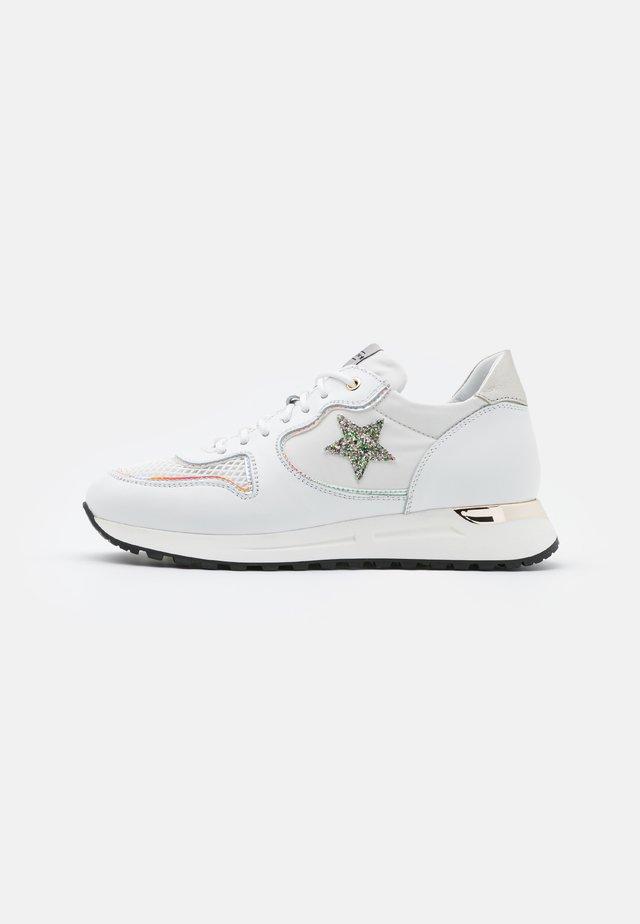 LOGAN - Matalavartiset tennarit - bianco/glitter prato