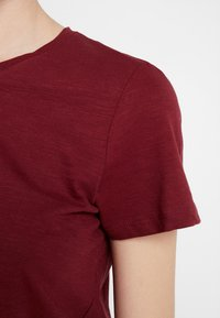 Cotton On - THE CREW - Basic T-shirt - winetasting - 5