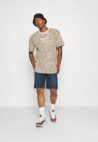 Karl Kani - UNISEX RETRO PAISLEY TEE - Print T-shirt - rose - 1