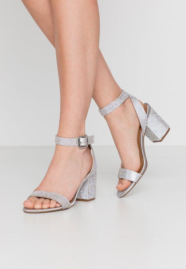 MALIA - Sandaalit nilkkaremmillä - silver