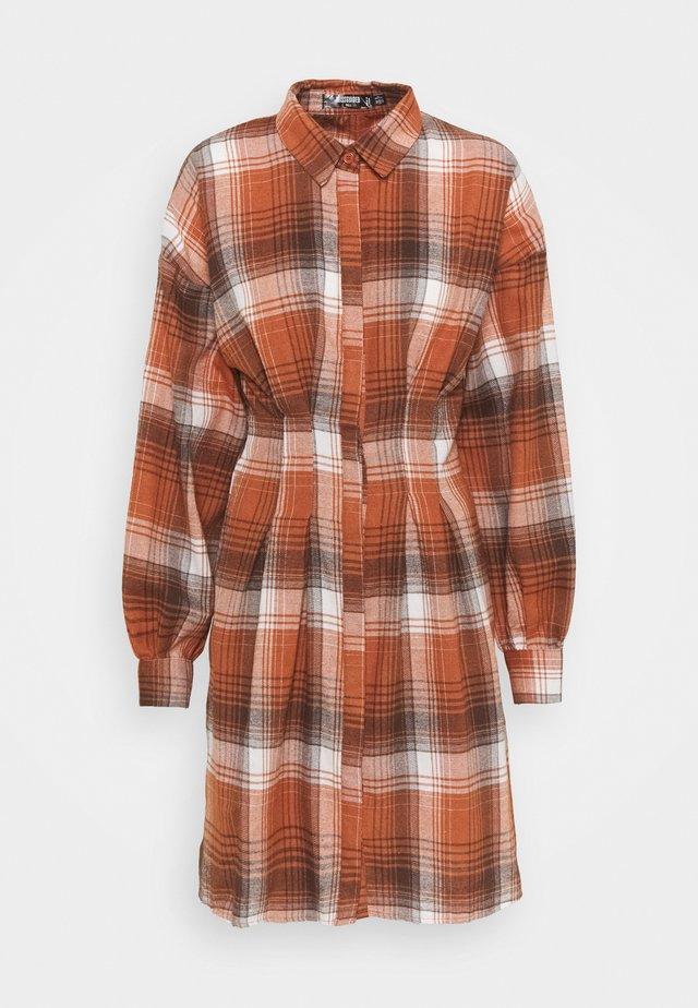 PLEATED WAIST - Shirt dress - rust
