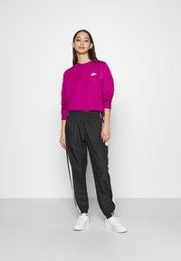 Nike Sportswear - HRTG VELOUR - Mikina - cactus - 1