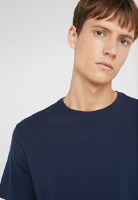 J.CREW - BROKEN IN CREW - T-shirt basic - navy - 4