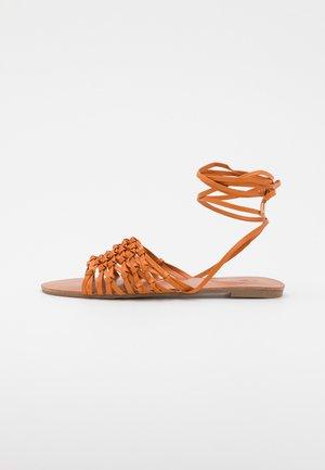 CROCHET TIE UP FLAT - Sandały - tan