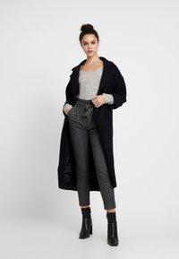Vero Moda - VMEVA PAPERBAG CHECK PANT - Pantalones - dark grey melange/grey/brown - 2