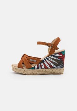 MAKITA - Sandalen met plateauzool - tan