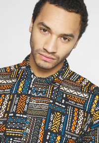 Only & Sons - ONSAARON AZTEC - Skjorta - gold flame - 3
