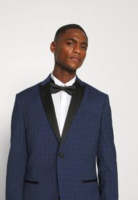 Isaac Dewhirst - CHECK TUX - Garnitur - dark blue - 6