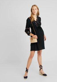 JoJo Maman Bébé - EMBROIDERED DRESS - Denní šaty - black - 1