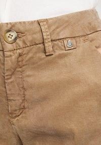 Herrlicher - LOVELY POWERSTRETCH - Shorts - light almond - 4