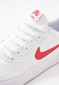 Nike SB - CHARGE SLR - Sneakers - white/university red - 5