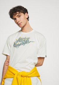 Nike Sportswear - TEE EMBROID - T-shirt med print - pure - 4