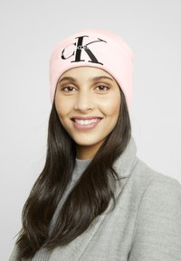 Calvin Klein Jeans - BASIC WOMEN BEANIE - Muts - pink - 1