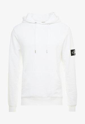 MONOGRAM SLEEVE BADGE HOODIE - Luvtröja - bright white