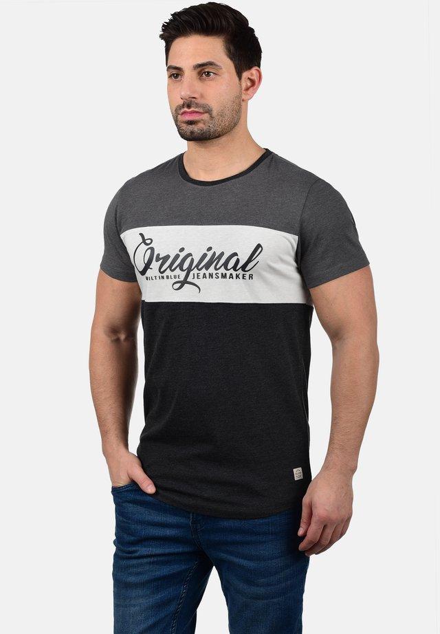 RUNDHALSSHIRT MALTE - T-shirt imprimé - charcoal