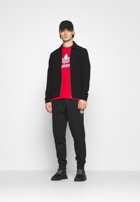 adidas Originals - TREFOIL UNISEX - T-shirt med print - scarlet/white - 1