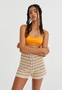 PULL&BEAR - MIT STREIFEN UND PATENTMUSTER - Shorts - mottled beige - 0