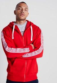 Umbro - TAPED ZIP THRU HOODIE - Zip-up hoodie - goji berry - 0