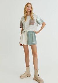 PULL&BEAR - MIT COLOUR-BLOCK - Shorts - white - 1