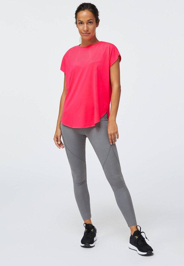 MIT LASER-CUT-OUT - T-shirt basique - neon pink