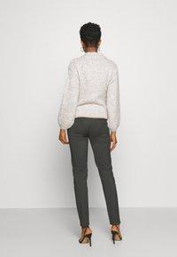 Vero Moda - VMLEAH CLASSIC PANT - Trousers - peat - 2
