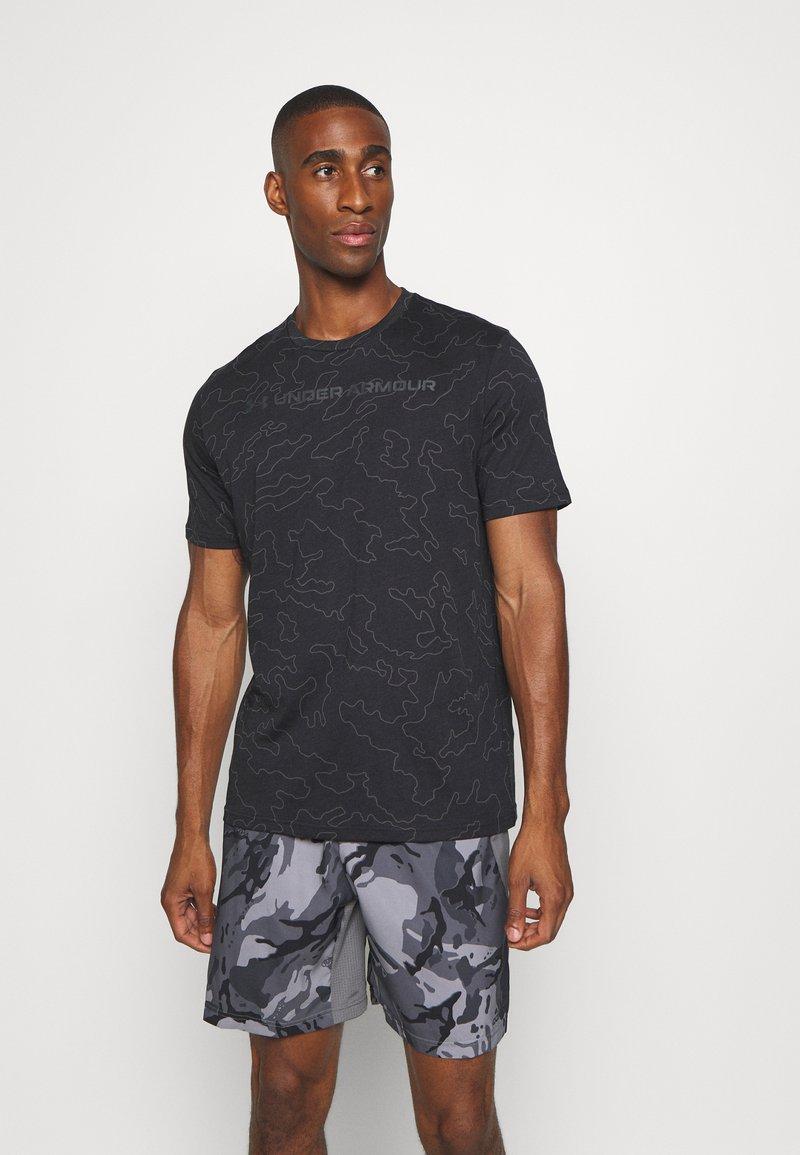 Under Armour - ALL OVER WORDMARK - Print T-shirt - black/jet gray