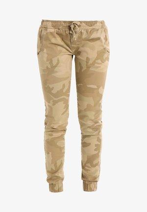 LADIES CAMO PANTS - Pantalones - sandcamo