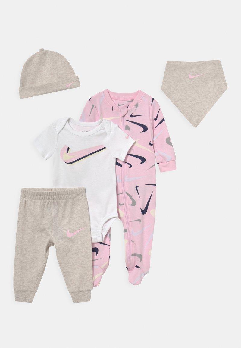 Nike Sportswear - SWOOSHFETTI PARADE SET UNISEX - Print T-shirt - cashmere heather