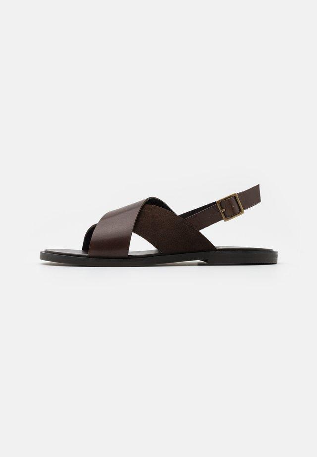 PERRY STAP  - Sandalen - brown