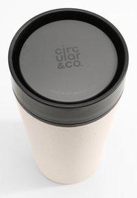Circular&Co - CIRCULAR & CO KAFFEEBECHER TO GO MIT DECKEL - 340ml - Trinkflasche - Autres accessoires - weiß / schwarz - 2