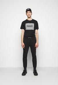 HUGO - T-shirt con stampa - black - 1