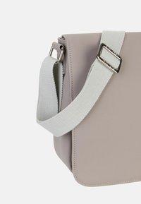 SURI FREY - JESSY - Across body bag - taupe - 6