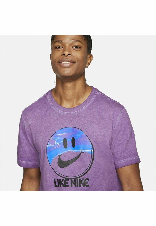 Nike Sportswear TEE LIKE DYE - T-shirt z nadrukiem - viotech/fioletowy Odzież Męska FLYB