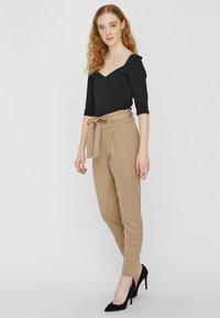 Vero Moda - LOOSE PAPERBAG  - Kalhoty - silver mink - 1