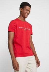 Tommy Hilfiger - LOGO TEE - Print T-shirt - red - 0