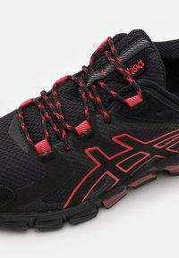 ASICS - GEL-QUANTUM 180 - Chaussures de running neutres - black/classic red - 5